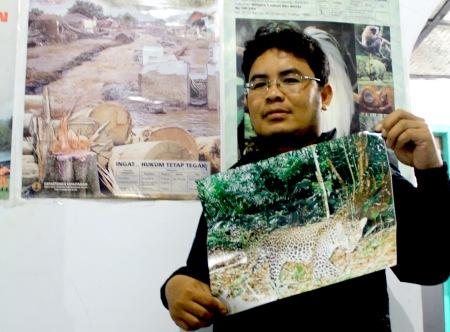 Anda Joni menunjukan foto macan tutul hasil bidikan kamera trap bulan Juli 2012.*