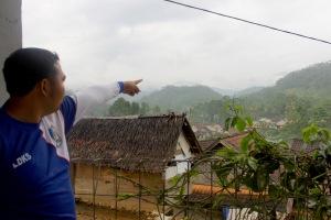 Salah satu warga menunjukan lokasi gunung emas.