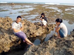 Pantai Sindangkerta lebih didominasi batu karang.*