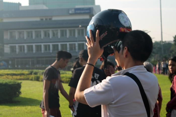 Membidik dengan kacamata hitam + helm.*
