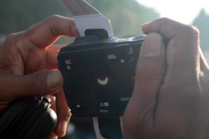 Membidik gerhana dengan kamera poket.*