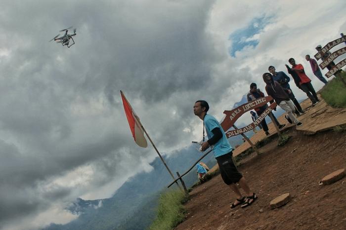 Ardi Nugroho mengoperasikan drone untuk mengambil gambar dari udara.*